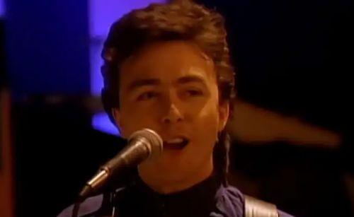 Morre Tony Lewis, o vocalista do The Outfield, aos 62 anos